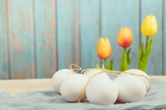 Lyckliga easter, organiska easter ägg väntar på målning, easter feriegarneringar, easter begreppsbakgrunder med kopieringsutrymme royaltyfria bilder