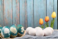 Lyckliga easter, organiska easter ägg väntar på målning med blåa easter ägg, easter feriegarneringar, easter begreppsbakgrunder Royaltyfria Bilder