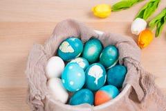 Lyckliga easter, organiska blåa easter ägg med vita färgägg väntar på målning, easter feriegarneringar Arkivbild
