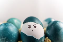 Lyckliga easter, organiska easter för gullig pojke som ägg målar framsidan på ägget, easter feriegarneringar, easter begreppsbakg Arkivbilder