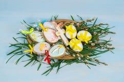 lyckliga easter Påskkakor och dekorativa ägg Arkivfoto