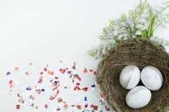lyckliga easter Rede för bästa sikt med målade ägg på den vita tabellen Kopiera utrymme för text Royaltyfria Foton