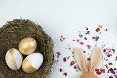 lyckliga easter Rede för bästa sikt med målade ägg på den vita tabellen Kopiera utrymme för text Fotografering för Bildbyråer