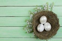 lyckliga easter Rede för bästa sikt med målade ägg på trätabellen Kopiera utrymme för text Royaltyfri Fotografi