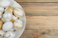 lyckliga easter Rede för bästa sikt med tre hela bruna ägg på vit bakgrund Kopiera utrymme för text Arkivfoto
