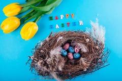 lyckliga easter Rede med ägg och gulingtulpan Royaltyfria Foton