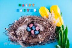 lyckliga easter Rede med ägg och gulingtulpan Royaltyfri Foto