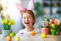 Lyckliga easter! rolig barnflicka med kaninöron och ägg royaltyfria foton