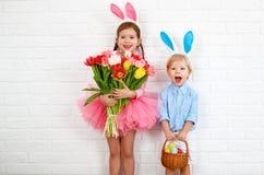 Lyckliga easter! roliga roliga barn med öraharen som får läst Royaltyfri Fotografi