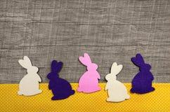 Lyckliga easter: träbakgrund med kaniner för ett hälsningkort arkivbilder