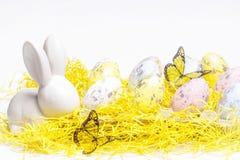 lyckliga easter Vit kanin för påsk på en vit bakgrund med påskägg Påskhälsningkort med påskkaninen arkivfoton