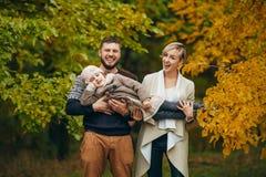 Lyckliga föräldrar har gyckel, skratt och lyfter upp deras dotter på royaltyfria foton