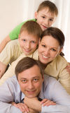 Lyckliga föräldrar med barn arkivbilder