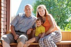 Lyckliga föräldrar med barnet Arkivbilder
