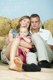Lyckliga föräldrar med behandla som ett barn Royaltyfria Bilder