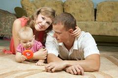 Lyckliga föräldrar med behandla som ett barn Fotografering för Bildbyråer