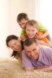 Lyckliga föräldrar med deras barn arkivbilder