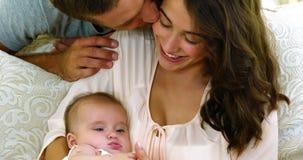 Lyckliga föräldrar med deras behandla som ett barn lager videofilmer