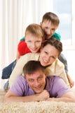 Lyckliga föräldrar och deras barn arkivbilder