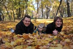 Lyckliga föräldrar och liten flicka fotografering för bildbyråer