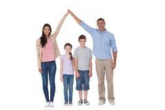 Lyckliga föräldrar som sammanfogar händer ovanför barn arkivfoto
