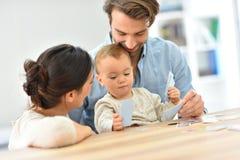 Lyckliga föräldrar som spelar med, behandla som ett barn flickan Arkivbild