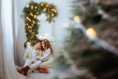 Lyckliga förälskelsepar firar julferier royaltyfri fotografi