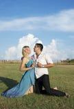 Lyckliga förälskelsepar i det gröna fältet Royaltyfri Foto