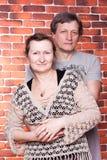 lyckliga förälskelsepensionärer för par Arkivfoton