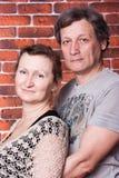 lyckliga förälskelsepensionärer för par Arkivbilder