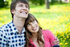 lyckliga förälskelsetonåringar Arkivbilder