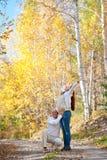 Lyckliga förväntansfulla föräldrar royaltyfri fotografi