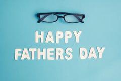 Lyckliga faders dag med svarta exponeringsglas på blå blackground Royaltyfri Foto