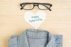 Lyckliga faders dag på papper med exponeringsglas och skjortan Arkivfoton