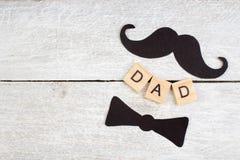 Lyckliga faders dag på träbakgrund symboler av förälskelse, fader, man Lycklig bakgrund f?r dag f?r valentin` s Kopiera utrymme f arkivbild