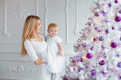 Lyckliga familjferier Moder- och barndottern i jul dekorerat rum firar jul och nytt år Royaltyfria Foton