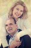 Lyckliga familjpar som blir utomhus-, och le och kram Arkivbilder