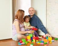 Lyckliga familjspelrum i utgångspunkt Arkivfoto