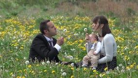 Lyckliga familjstående-, barnkörnings- och surroundföräldrar och behandla som ett barn barnet stock video