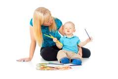 Lyckliga familjteckningsblyertspennor fotografering för bildbyråer