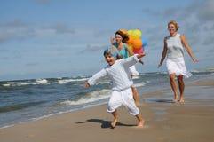 lyckliga ferier för familj Arkivbild