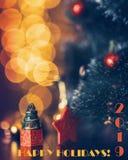 Lyckliga ferier 2019, härlig julgran med julljus arkivbild