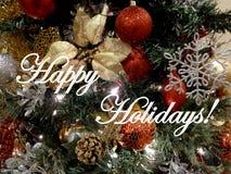 Lyckliga ferier med julgranprydnader Arkivfoton