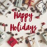 Lyckliga ferier smsar, det säsongsbetonade tecknet för hälsningskortet julfla Arkivbilder