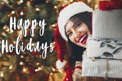 Lyckliga ferier smsar, säsonghälsningar, lycklig upphetsad kvinna i s Royaltyfri Foto
