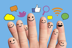 Lyckliga fingersmileys med det sociala nätverkstecknet. Fotografering för Bildbyråer