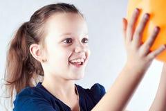 Lyckliga flickalekar med bollen Arkivbilder