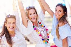 Lyckliga flickavänner som ut hänger i staden i sommar arkivbilder