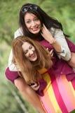 2 lyckliga flickor Fotografering för Bildbyråer