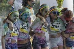 Lyckliga flickor av färgkörningen Arkivbild